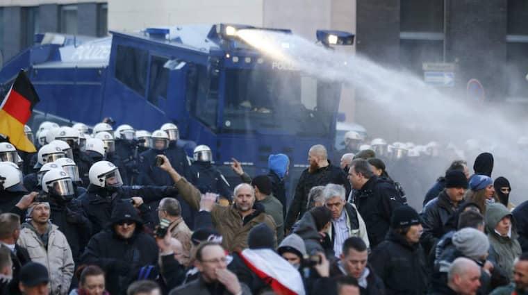 Polisen avfyrar vattenkanoner under främlingsfientliga Pegidas demonstration. Foto: Wolfgang Rattay/Reuters