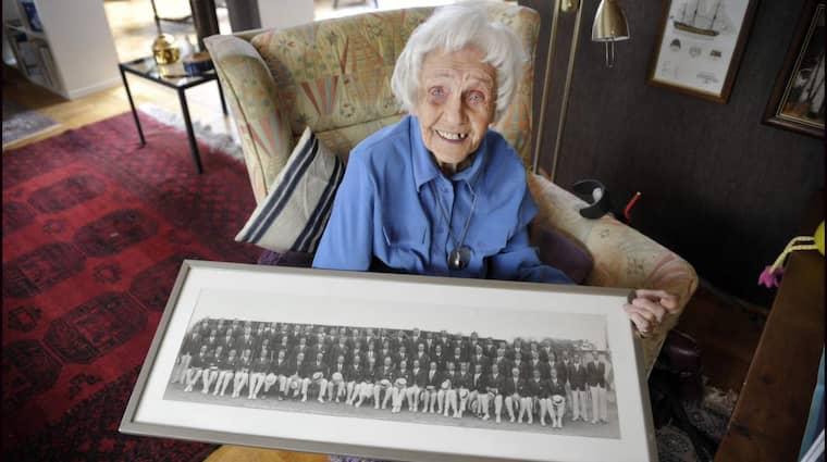 Ingeborg med bilden på svenska OS-truppen till spelen i Los Angeles 1932. En tävling där hon hade medalj inom räckhåll men fick nöja sig med en fjärdeplats. Foto: Lasse Svensson
