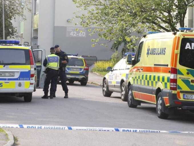 Den skjutne mannen har förts till sjukhus. Foto: Lennart Rehnman