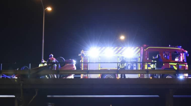 En personbil voltade och hamnade på taket på bron vid E 22 Segerondellen i Malmö.