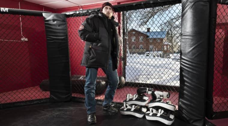 """FRÅN EN LADA TILL EN UTSÅLD GLOB. Här, i en röd gammal lada intill Sörby Herrgård som inretts med en toppmodern MMA-bur, laddar en av världens farligaste fighters upp för nästa fight - mot Gegard Mousasi - i Globen den 6 april. """"Det är sköna kontraster"""", säger Alexander """"The Mauler"""" Gustafsson till SPORT-Expressen. Foto: Mikael Sjöberg"""