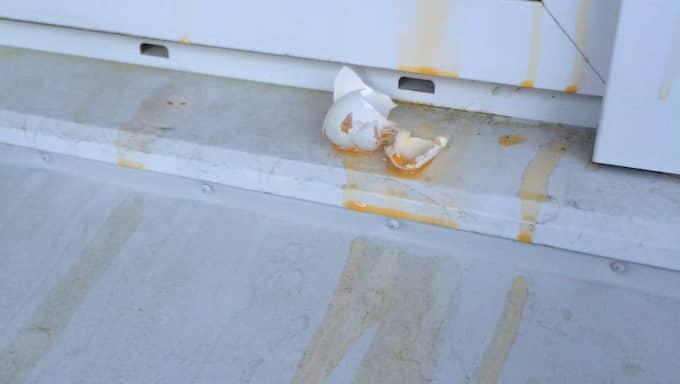 När Per kom hem i söndags möttes han av att det kastats ägg mot hans balkong. Foto: Privat