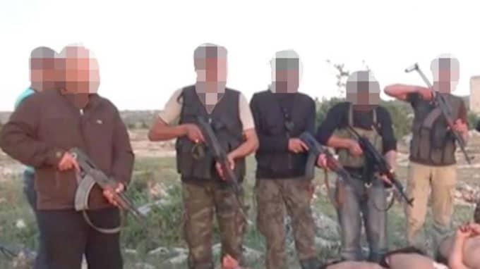 Mannen som har uppehållstillstånd i Sverige misstänks vara en av männen som avrättar de sju bakbundna soldaterna. Foto: New York Times