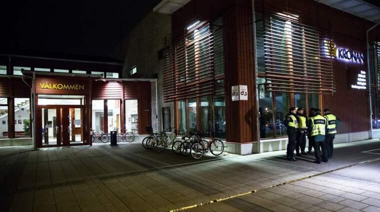 Två personer mördades på Kronan i Trollhättan och ytterliggare två kämpar för sina liv. Nu berättar eleverna om skräcken inne i klassrummet. Foto: Anders Ylander