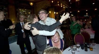 """Adam Barksenius och Emil Svensson kramar jublande om varandra när TV4 presenterade Novus enkät där Kristdemokraterna hade 7,1 procent. """"Nu tar vi det här"""" säger Adam och fortsätter """"Det känns bra men det är lite nervöst."""" Foto: Roger Vikström"""