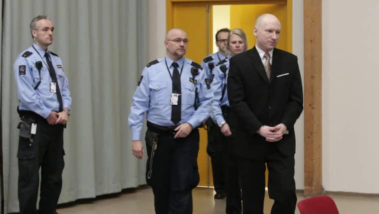 Terroristen Anders Behring Breivik när han går in i gympasalen där rättegången ska hållas. Foto: Åserud, Lise