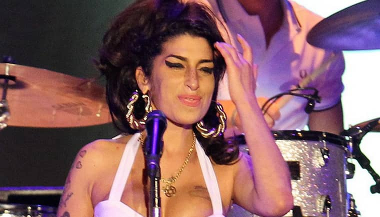 Amy Winehouse på scen. Den brittiska sångerskan hittades död i sin lägenhet på lördagskvällen svensk tid. Amy Winehouse blev 27 år gammal. Foto: Nabor Goulart