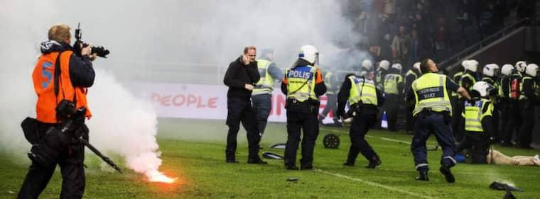 DET SKA KOSTA. Beslutet att skattekollektivet ska stå för finansieringen av polisinsatser vid fotbollsmatcher är populistiskt. Det ska kosta att smutsa ner. Foto: Nils Petter Nilsson