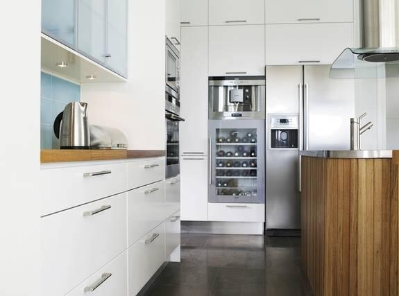 Kok Med Inbyggd Vinkyl :   Sparsmakat och elegant Inbyggd vinkyl och kaffemaskin hittar vi i