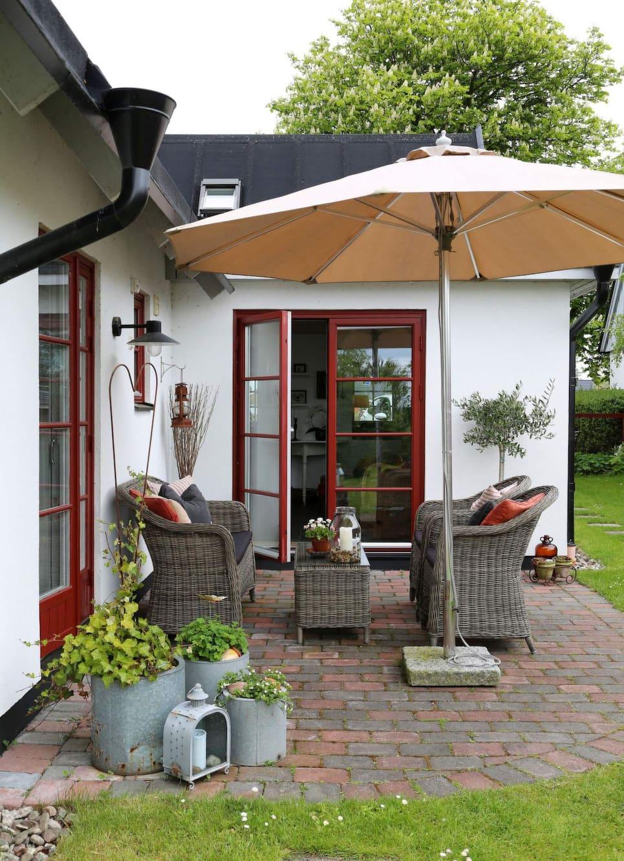 Den mest använda delen av trädgården, med en möbelgrupp i konstrotting