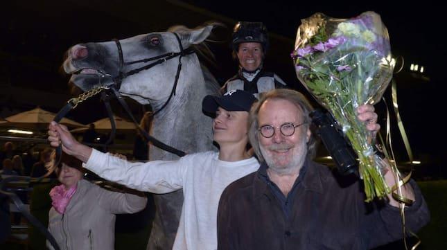 Ägaren Benny Andersson och ryttaren Dina Danekilde ler ikapp efter Berlings seger i Swedish Open Mile. Foto: Stefan Uppström/Kanal 75