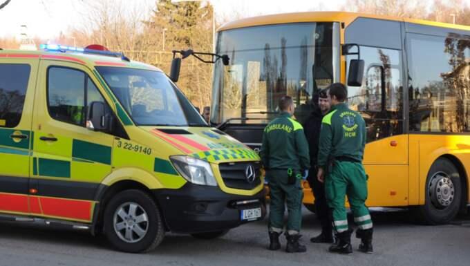Kvinnan fördes akut till sjukhus efter att ha blivit påkörd av en buss. Foto: David Hårseth/Dagsmedia.se
