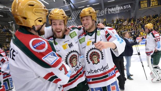 Här lyfter Lundqvist pokalen med Frölunda