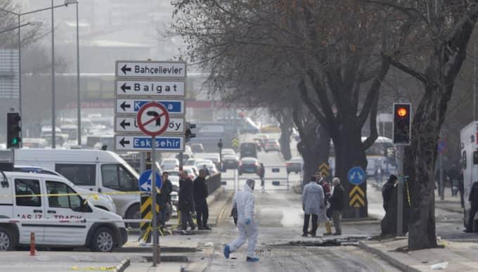 Polis undersöker platsen för explosionen i Ankara i går. Ytterligare en explosion har skett i Turkiet under torsdagen. Foto: Tolga Bozoglu / Epa / TT
