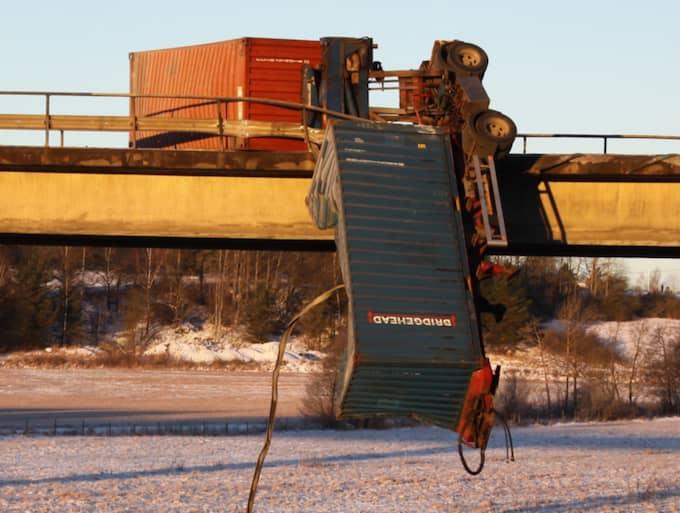 Lastbilen hänger över bron och tågen stoppas. Foto: Leif Pettersson