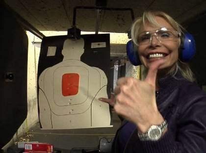 Kvalitetstid med barnen för Hollywoodfrun Agnes-Nicole Winter innebär att gå till skjutbanan. Foto: TV3