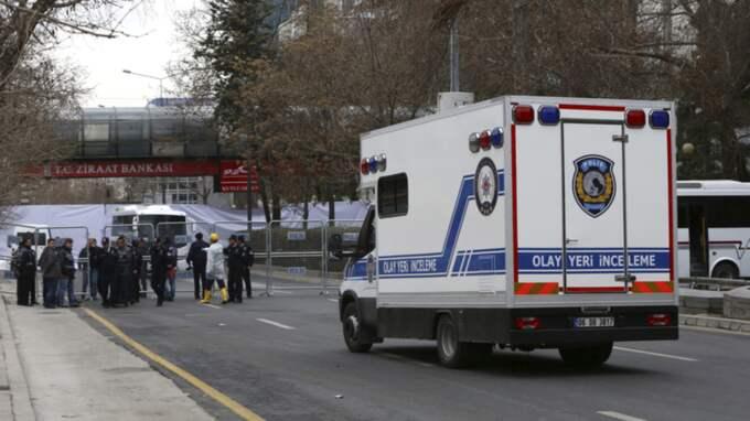 Tekniker arbetar på platsen för bombdådet i Ankara. Foto: Burhan Ozbilici/AP/TT