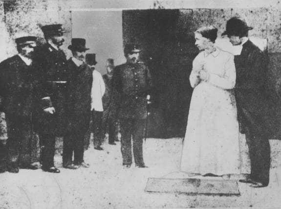 På morgonen 7 augusti 1890 togs den unika bilden när Anna Månsdotter leds fram till schavotten av prästen. Skarprättaren är den långe mannen till vänster.