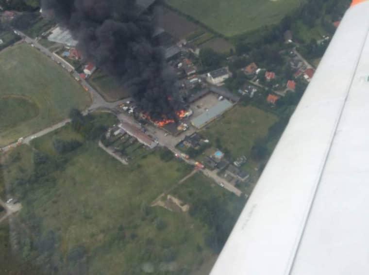 Från luften kunde en läsare se hur det brinner kraftigt i lokalerna. Foto: Läsarbild