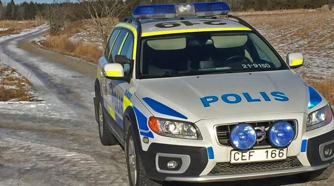 Efter midnatt kom polisen till platsen. Då hittade de en kvinna död inne i en bostad. Foto: Magnus Hellström/SVT Nyheter Uppsala