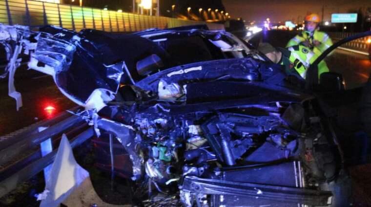 """Personbilen körde bakifrån på en lastbil som saktat ner på grund av en felindikering. Väglaget var relativt gott på tisdagskvällen med 7 plusgrader i luften. """"Föraren hade änglavakt"""", säger räddningstjänsten. Foto: Christer Grändevik"""