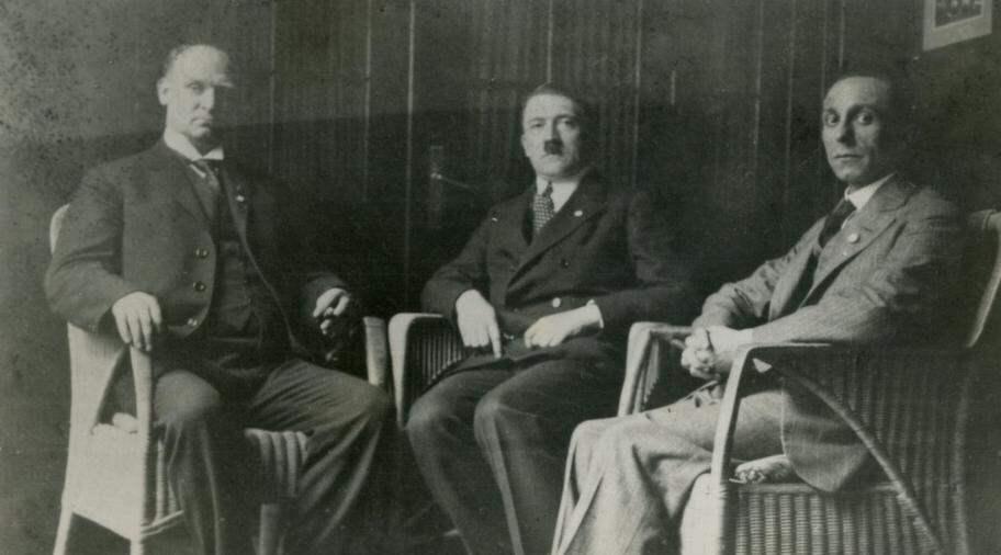 MED HITLER OCH GOEBBELS. 1927 besökte den svenske nazistledaren Birger Furugård Essen i Tyskland, där de tyska nazisterna hade partimöte. Där träffade han Adolf Hitler och Joseph Goebbels. Foto: SCANPIX