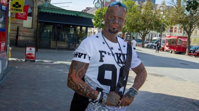 Christian Kamp ångrar att han tatuerade ansiktet. Han berättar att han trivs med sig själv, men biten att samhället dömer honom tycker han är fel. Foto: Peo Möller