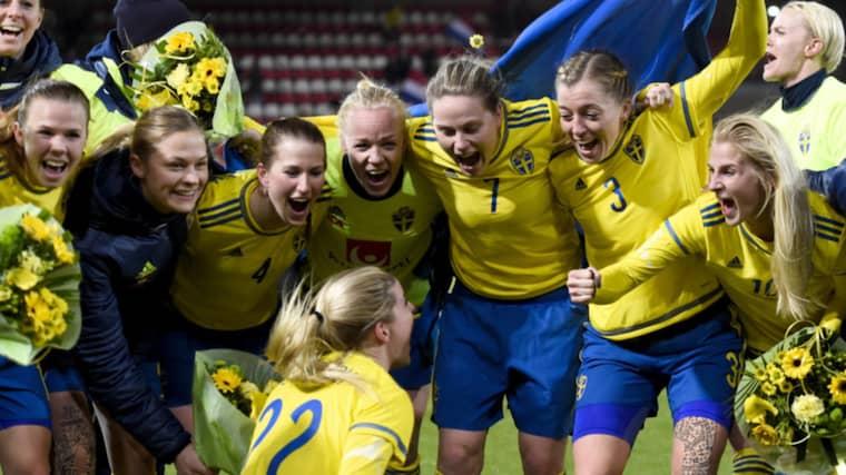 Svenska landslaget jublar efter avancemanget Foto: Carl Sandin