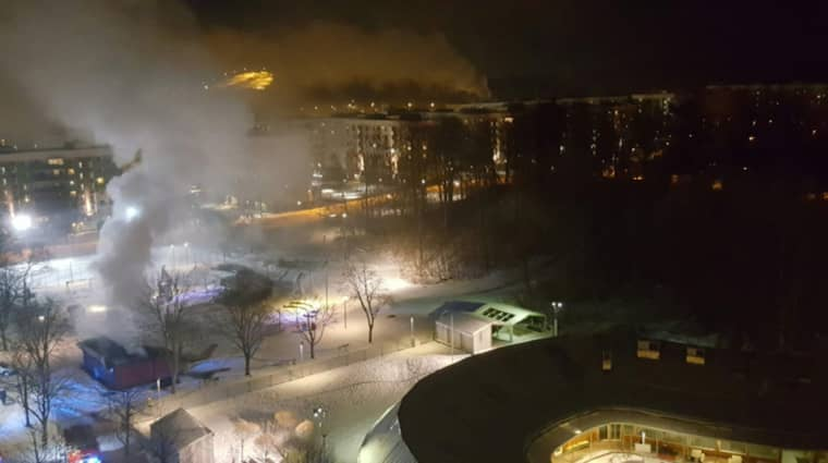 Det våldsamma upploppet, med stenkastning och bilbränder, pågick fram till ett-tiden, natten mot tisdag. Foto: Läsarbild