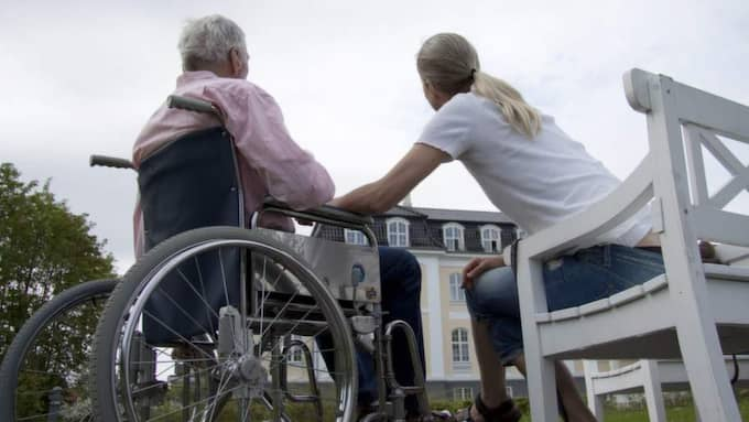 BEHÖVS FLER HÄNDER. Vi blir allt äldre i Sverige och det ställer nya krav på vård och omsorg. Foto: COLOURBOX