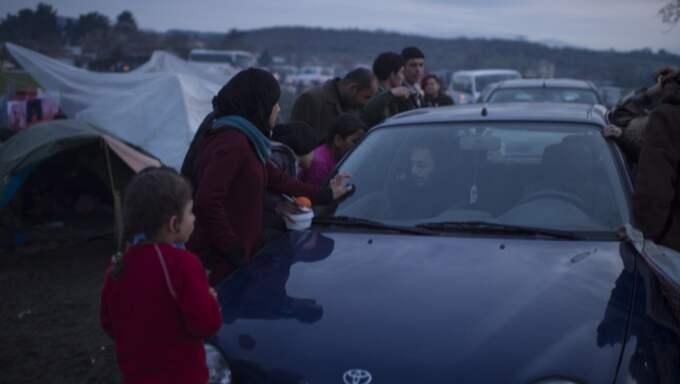Maten tar slut snabbt när volontärerna delar ut mat. Foto: Meli Petersson Ellafi