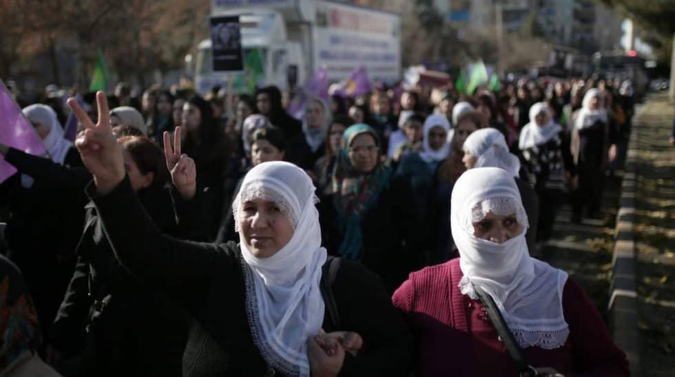 Women march during a protest denouncing violence, in Diyarbakir, Turkey, Friday, Dec. 25, 2015. Foto: Cagdas Erdogan/AP