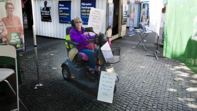 """TIGGER I PROTEST. Irene Eriksson, 71, är multisjuk och garantipensionär - men har inte råd med pengar till sin specialkost. Nu tigger hon på Borås torg i protest mot de låga pensionerna och indragna handikappbidragen för merkostnader. """"Det är bedrövligt med pensionerna"""", säger hon. Foto: Per Wissing"""