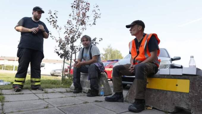 """""""Ingen vet vad de ska göra, de tar in folk från Stockholm, Medelpad, överallt. Ingen tar hand om någon så man vet inte vad man ska göra"""", säger Derek Säll som har arbetat med branden sedan i lördags (mannen i mitten)."""
