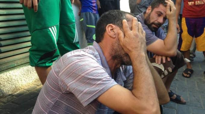 """Pojkarnas släkt i stor sorg. """"Förbanna dig hela världen som står och tittar på våra döda barn utan att agera"""", säger Mohamad Bakr, pappa till en av de döda pojkarna. Foto: Kassem Hamadé"""