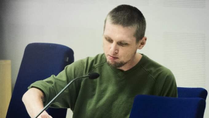 Kamil Ryba är en av administratörerna bakom en stängd Facebook-grupp där planerna om en attack på ett asylboende i Nynäshamn ägde rum. Han blev dock administatör efteråt. Den kände högerextremisten Kamil Ryba är sedan tidigare dömd för att ha lämnat in ett paket med en koran och en kniv på tidningen GT:s redaktion i Göteborg. Det är där bilden är tagen.