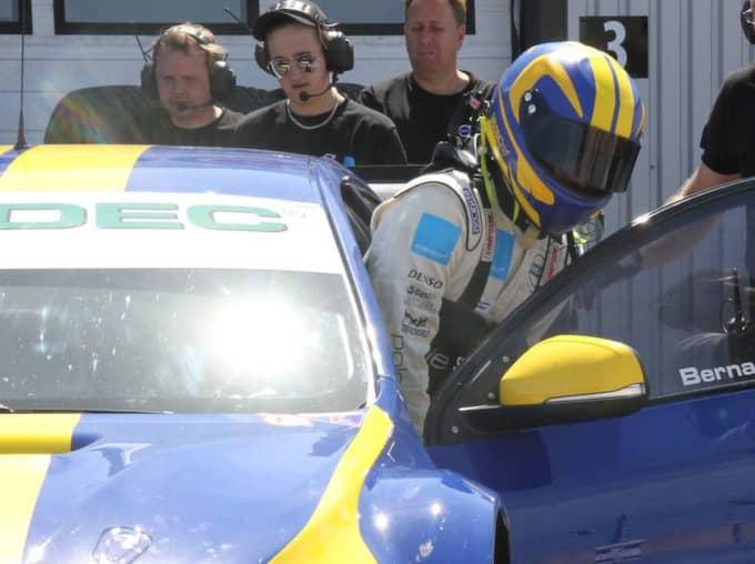 För bara några veckor sedan kraschade prins Carl Philip under STCC-tävlingen i Frihamnen i Göteborg. Han körde av i första kvalheatet och hela fronten på bilen trycktes ihop. Foto: Niklas Henrikczon