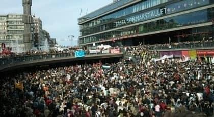 Flera tusen människor samlades på Sergels torg i Stockholm för en stödmanifestation. Även på andra håll i landet hölls protesterade människor.