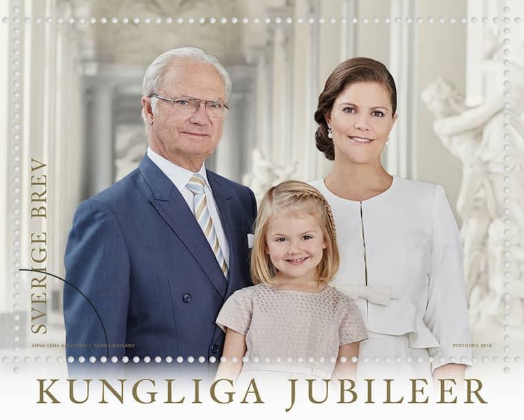 En kung och två framtida drottningar på samma frimärke. Foto: PostNord