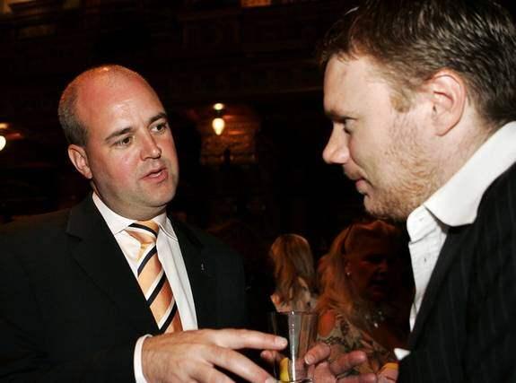 Journalisten Niklas Svensson i samspråk med Fredrik Reinfeldt på Bukowskis 2005. Niklas Svensson skriver i dag att det är självklart att journalister ska umgås med makten. Foto: NILS PETTER NILSSON