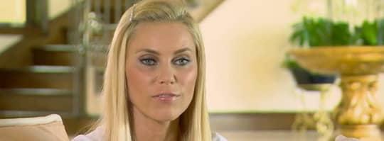 """Anna Anka på en bild från """"Så blev vi svenska Hollywoodfruar"""". I det första avsnittet visar hon upp sitt nya hus. """"Dubbelt så stort som det jag hade med Paul."""" Foto: TV3"""