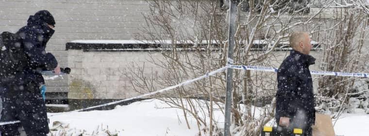 Polisens tekniker kommer ut från huset där mannen hittades mördad och en kvinna låg svårt skadad. Foto: Roger Vikström
