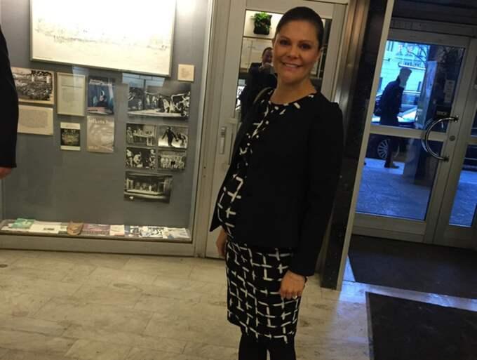 Victoria hade på sig en svartvit klänning som framhävde gravidmagen. Foto: Johan T Lindwall