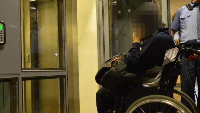 Den misstänkte 32-åringen anländer till tingsrätten i Göteborg. Foto: Robin Aron