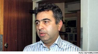 Riksdagsmannen Reza Khelili har polisanmälts för att ha haft flera äktenskap. I natt sa han till Expressen att den som gjort anmälan genomför en smutskastningskampanj mot honom.