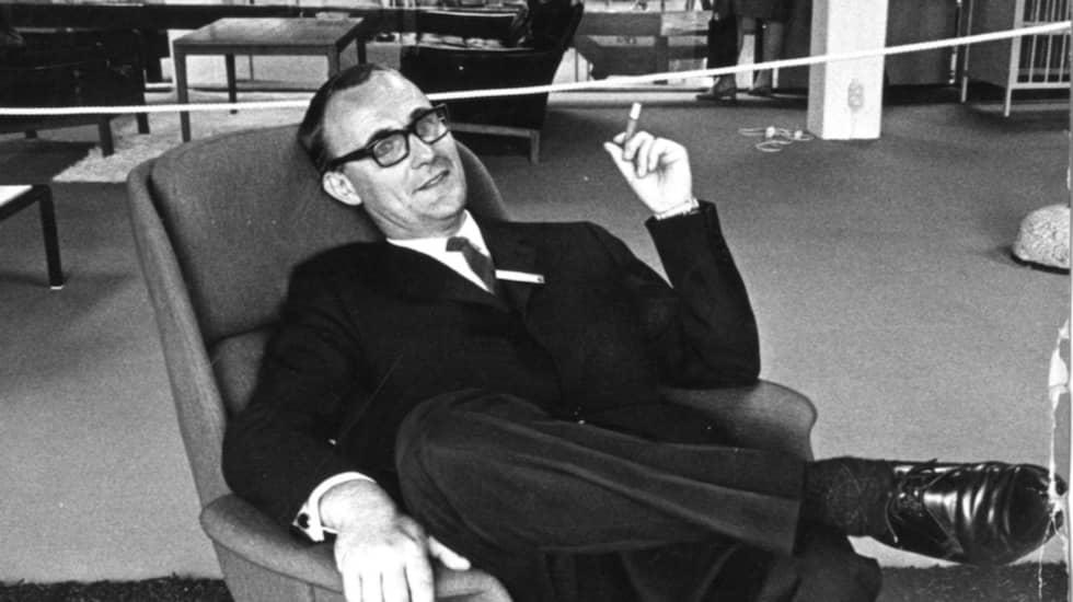 Ingvar Kamprad provsitter en fåtölj i Kungens kurva-varuhuset 1965. Foto: Jacob Forsell