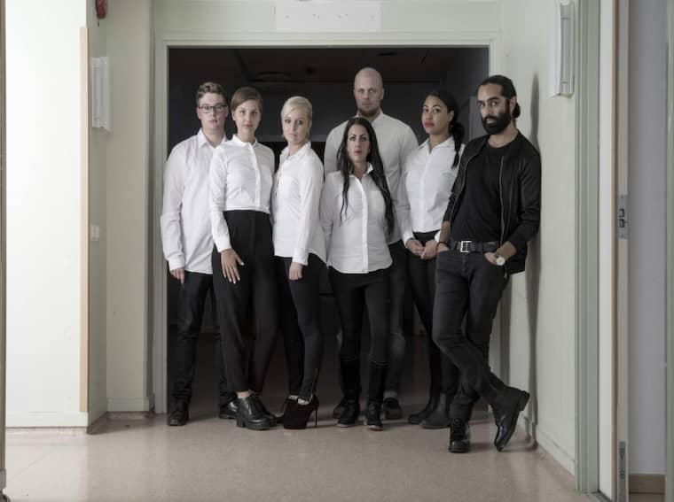 """Navid Modiri, längst till höger, är programledare för """"Diktatorn"""". En grupp unga ger sig in i en simulerad diktatur i UR:s serie. Från vänster: Elias, Sanna, Gabriella, Caroline, Jimmie och Fanna. Foto: Johan Bergmark/UR"""