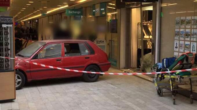 Polisen jagar nu en svart BMW och uppmanar allmänheten om hjälp. Foto: Läsarbild