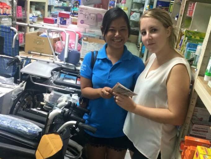 Sandra köper en rullstol för en del av de donerade pengarna. Foto: Privat