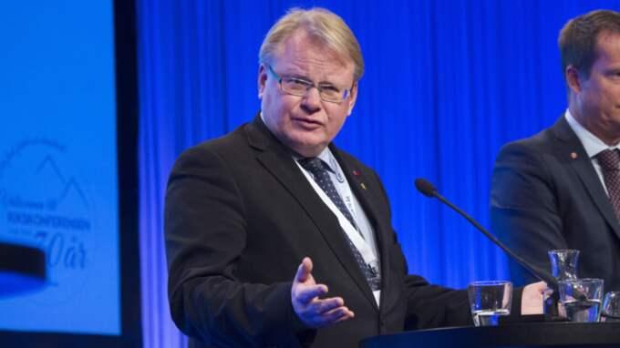 Peter Hultqvist försvarar sig efter avslöjandet om att han fått en lägenhet av en militärhögskolans stiftelse. Foto: Sven Lindwall